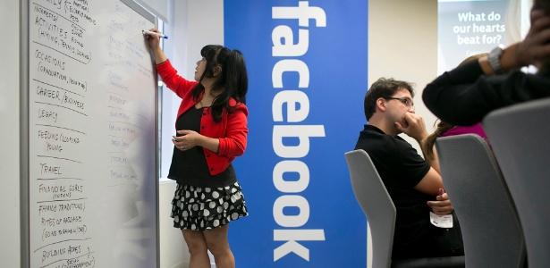 Funcionária do Facebook anota impressões em reunião no escritório da companhia, em Nova York