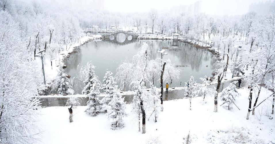 24.mar.2016 - Parque amanhece coberto de neve em Xining, no noroeste da China. Uma forte nevasca atingiu grande parte da província de Qinghai, onde está localizada a cidade, durante esta madrugada