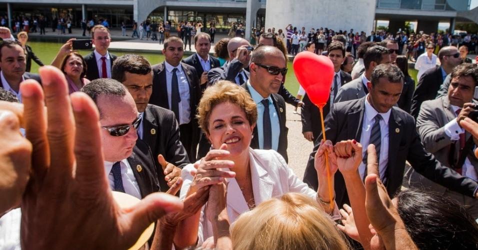 12.mai.2016 - A presidente afastada, Dilma Rousseff, fala com militantes após o pronunciamento, fora do Palácio do Planalto. A petista declarou ainda que, desde que foi eleita, procurou ser uma