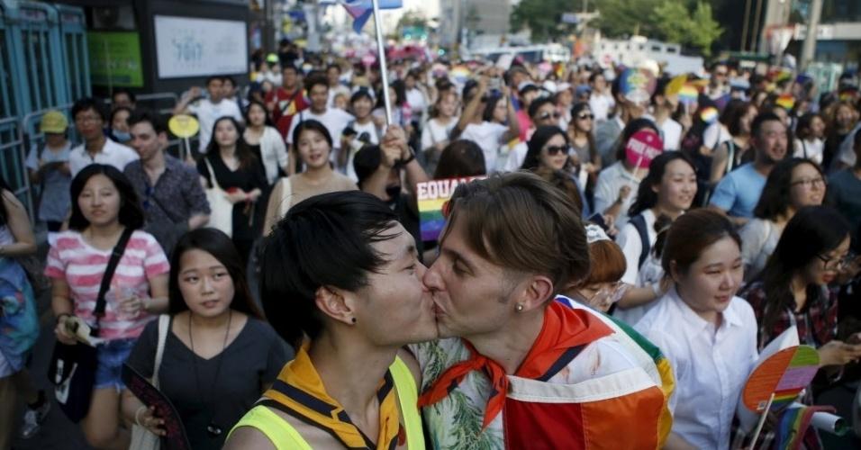 28.jun.2015 - Casal se beija durante Parada Gay de Seul, na Coreia do Sul. Mais de 20 mil pessoas foram às ruas, segundo autoridades