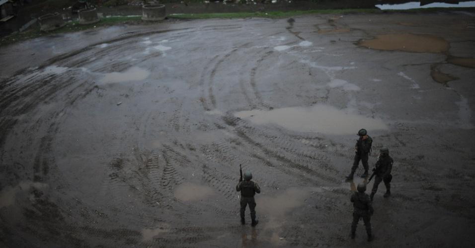 19.jun.2015 - Homens da Força de Pacificação das Forças Armadas, que vai deixar o complexo de favelas da Maré no dia 30 de junho, patrulham terreno na comunidade Vila dos Pinheiros, na zona norte do Rio de Janeiro