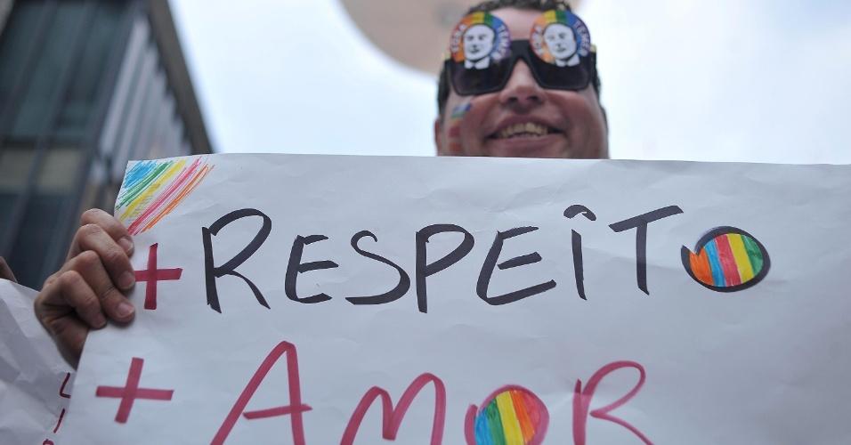 29.mai.2016 - Participante exibe placa durante a 20ª Parada do Orgulho LGBT de São Paulo