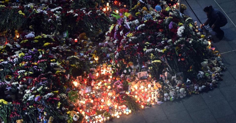 3.nov.2015 - Mulher acende vela na área externa do Aeroporto Internacional de Pulkovo, em São Petersburgo, na Rússia, em memória das vítimas do acidente do avião A321, da companhia aérea Kogalymavia, que caiu na Península do Sinai em 31 de outubro, matando todas as 224 pessoas a bordo, a grande maioria deles turistas russos