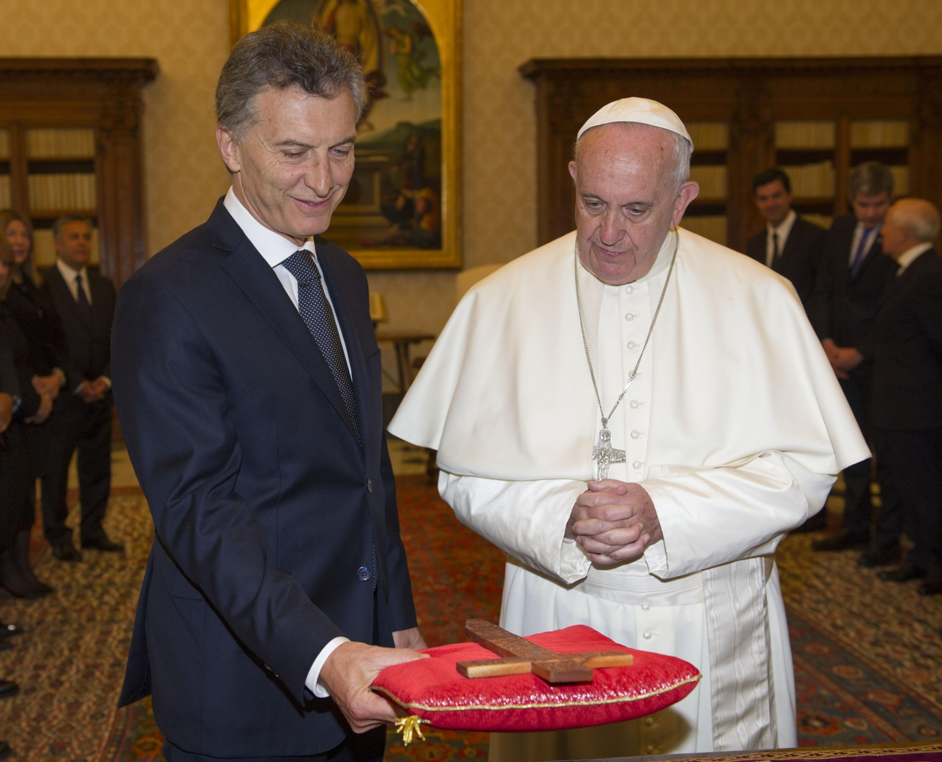 27.fev.2016 - Papa Francisco troca presentes com o seu conterrâneo, o presidente argentino, Mauricio Macri, durante audiência privada no Vaticano
