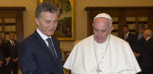 http://imguol.com/c/noticias/5e/2016/02/27/27fev2016---papa-francisco-troca-presentes-com-o-seu-conterraneo-o-presidente-argentino-mauricio-macri-durante-audiencia-privada-no-vaticano-1456576355897_615x300.jpg