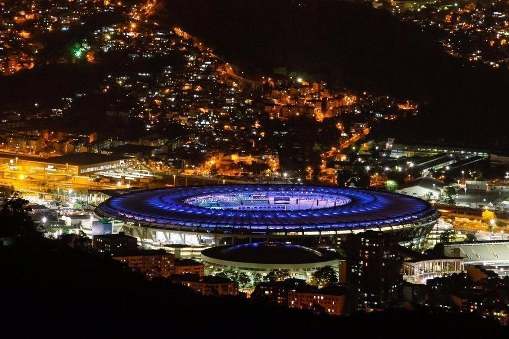4.ago.2016 - Luzes do Maracanã e da Mangueira iluminam o Rio de Janeiro na véspera da abertura da Olimpíada