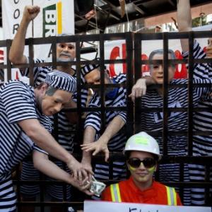 Manifestantes se fantasiam de presos do mensalão durante protesto - Sebastião Moreira/EFE