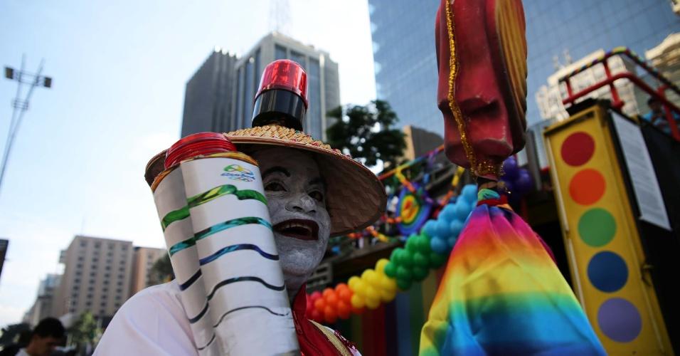 29.mai.2016 - Participantes da 20ª da Parada do Orgulho LGBT de SP começam a chegar à avenida Paulista, em São Paulo