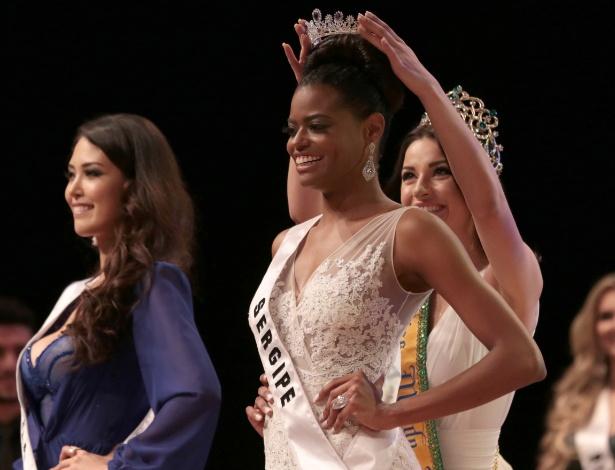 Ana Luísa Castro, candidata de Sergipe, recebe a coroa de Miss Mundo Brasil 2015