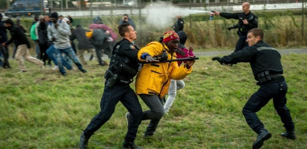 29.jul.2015 - Policiais franceses tentar impedir imigrantes de entrarem no Eurotúnel