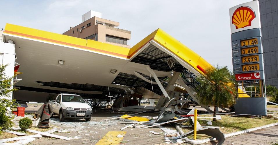 30.jan.2016 - O teto de um posto de gasolina em Porto Alegre desabou após o temporal com ventos de até 120 km que atingiu a capial gaúcha na última sexta-feira (29)