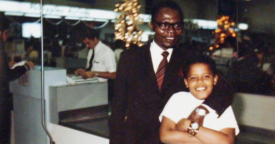Barack Obama e seu pai, também chamado Barack Obama, em 1974, ano da única visita que o pai fez ao filho após voltar para o Quênia, dez anos antes. Obama tinha 10 anos de idade