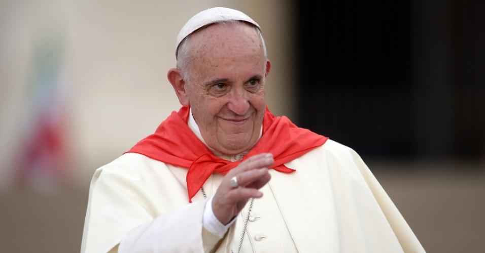 4.ago.2015 - Papa Francisco acena para público durante audiência com participantes de uma peregrinação internacional de coroinhas, na praça de São Pedro, no Vaticano
