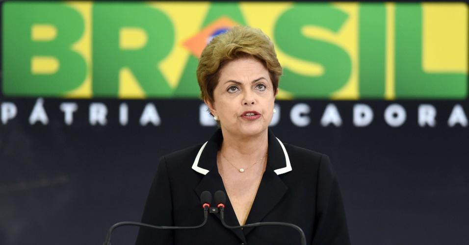 24.jun.2015 - A presidente Dilma Rousseff discursa durante o lançamento do Plano Nacional para Exportação, que tem como objetivo oferecer melhores condições para que companhias brasileiras possam exportar seus produtos. Dilma citou a alta do dólar como ponto favorável às exportações.