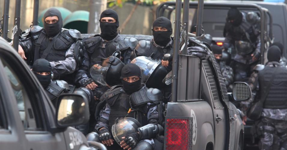 2.out.2015 - Policiais militares chegam ao Batalhão Especial Prisional (BEP), fechado pela Jusitça, após uma juíza da Vara de Execuções Penais ser agredida por PMs presos durante uma inspeção de rotina, em Benfica, Rio de Janeiro