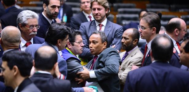 Deputados trocaram empurrões no plenário da Câmara e foram separados por colegas e seguranças da Casa