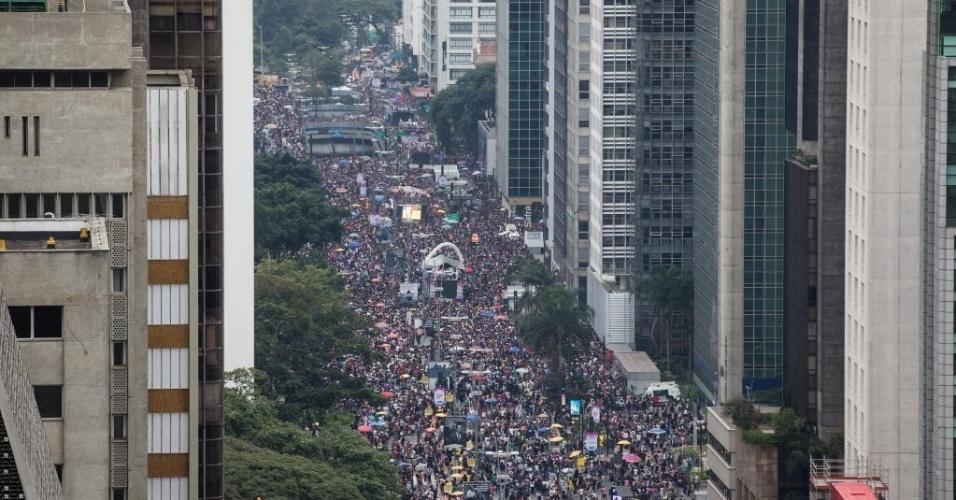 29.mia.2016 - Foliões lotam a Avenida Paulista durante a 20ª Parada do Orgulho LGBT, em São Paulo, neste domingo. O tema desta edição é