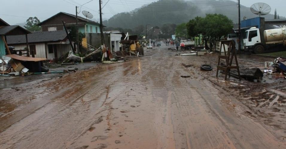16.jul.2015 - Rua do município Saudades, em Santa Catarina, fica coberta de lama, e casas ficam destruídas após as fortes chuvas que atingiram a região. Escolas e estradas também foram afetadas