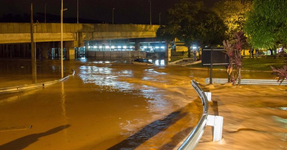 11.mar.2016 - Alagamento no centro de Caieiras, na Grande São Paulo, na madrugada desta sexta-feira (11). Pessoas ficaram ilhadas, veículos ficaram submersos e alguns foram arrastados pelas águas