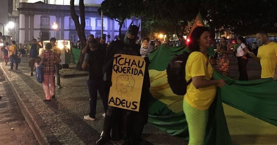 14.abr.2016 - Pequeno grupo de manifestantes pede o impeachment da presidente Dilma Rousseff, na Candelária, no centro do Rio de Janeiro. No próximo domingo (17), o processo de impeachment da presidente que tramita no Congresso será votado pela Câmara dos Deputados