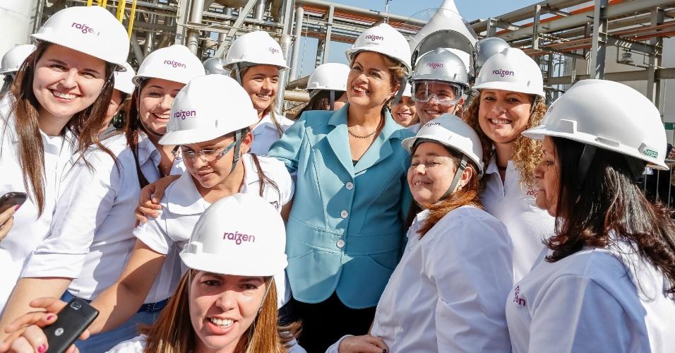 22.jul.2015 - A presidente da República, Dilma Rousseff, tira foto durante cerimônia de inauguração da unidade de produção de etanol da empresa Raízen, em Piracicaba, interior de São Paulo. O presidente do conselho de administração do grupo Cosan, acionista da Raízen, Rubens Ometto, fez vários afagos à Dilma, a qual chamou de