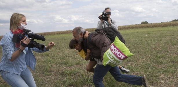 O sírio Osama Mohsen foi chutado por repórter quando cruzava a fronteira entre Sérvia e Hungria