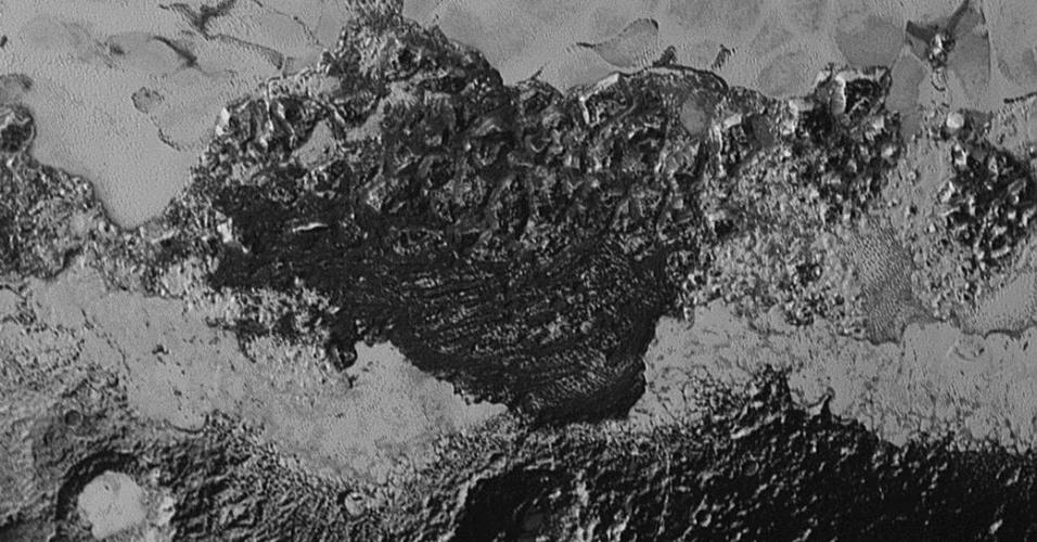 10.set.2015 - Imagem feita pela sonda New Horizons mostra a incrível diversidade da refletividade da superfície e acidentes geográficos do planeta-anão. Na parte escura, há um terreno antigo, com muitas crateras. A parte jovem é lisa e brilhate. A foto foi feita pela sonda no dia 14 de julho a uma distancia de 80 mil km, e divulgada nesta quinta-feira (10)