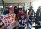 Profissionais da educação ocupam entrada do Ministério da Educação - Facebook/CNTE