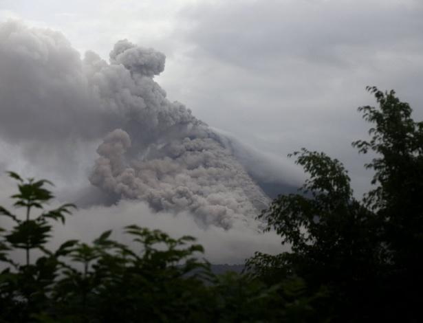 O vulcão de Colima, na região oeste do México, continuava expelindo materiais incandescentes neste sábado (11), o que levou à evacuação de 81 habitantes de comunidades vizinhas, que amanheceram debaixo de uma camada de cinzas de até cinco centímetros