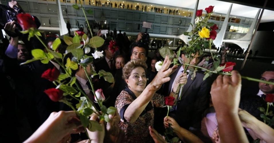 19.abr.2016 - A presidente Dilma Rousseff recebe flores em ato de mulheres, no Palácio do Planalto, em Brasília (DF). A manifestação ocorre dois dias após a aprovação do impeachment da pre