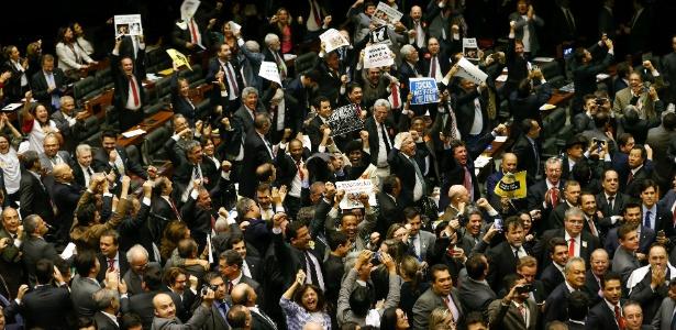 Deputados contrários ao projeto de redução da maioridade penal comemoram a rejeição da PEC na Câmara dos Deputados, em Brasília