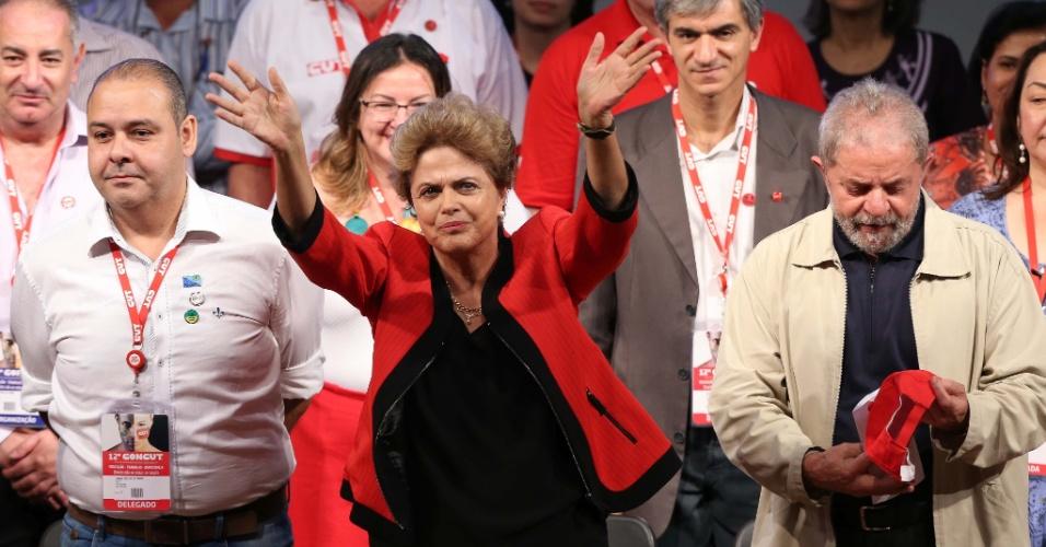 13.out.2015 - Sob a sombra da possível abertura de um processo de impeachment, a presidente Dilma Rousseff participa na noite desta terça-feira da abertura do Congresso Nacional da CUT (Central Única dos Trabalhadores) em São Paulo. A petista criticou as tentativas de abertura do processo de impeachment contra ela, que chamou de tentativa de terceiro turno.
