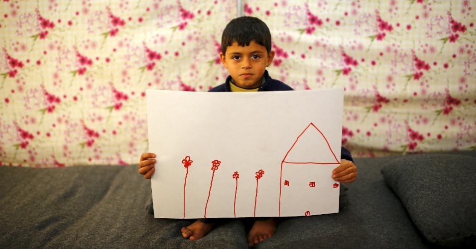 15.jan.2016 - O refugiado sírio Ali Addahar, de 9 anos, mostra um desenho de sua casa na Síria. Ele está no campo de refugiados de Midyat, na Turquia