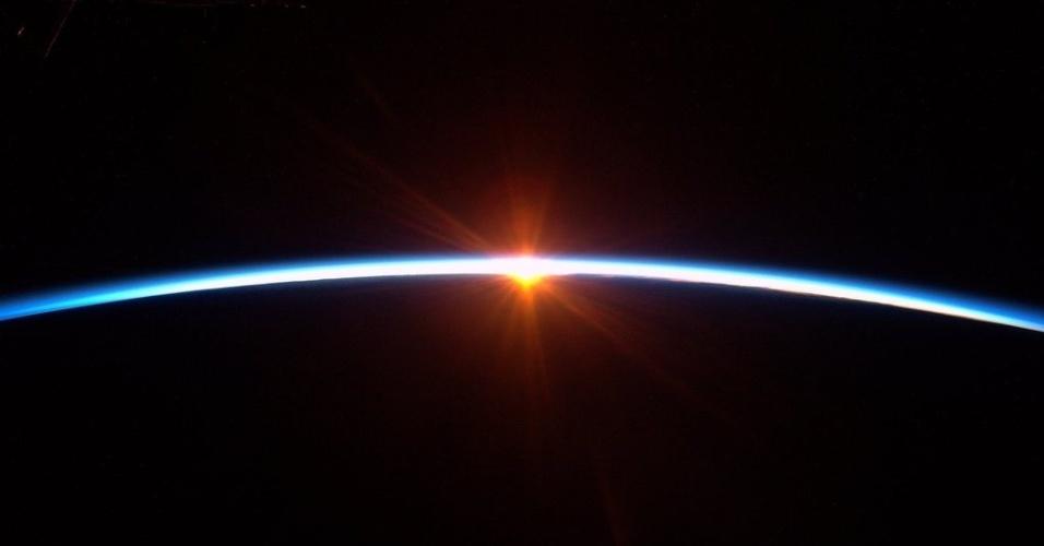"""18.jan.2016 - A terceira segunda-feira de janeiro é conhecida tradicionalmente como """"Blue Monday"""", ou """"o dia mais triste do ano"""", segundo estudo. Com tal pensamento, o astronauta Scott Kelly, que está longe da Terra, tentou animar quem sofre por aqui com o dia, postando esta estonteante foto do nascer do Sol. """"Um pequeno nascer do Sol para iluminar sua 'Blue Monday'"""", postou o astronauta no Twitter"""