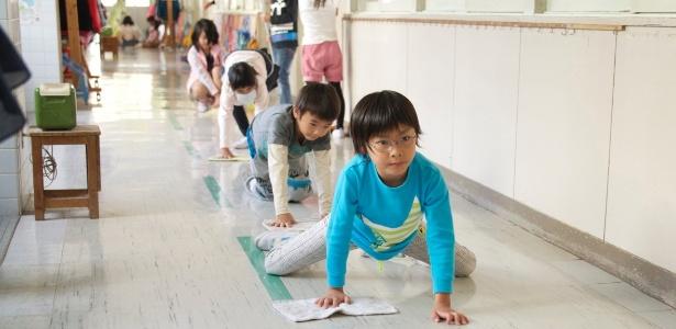 Os alunos são divididos em grupos, e cada um é responsável por lavar o que foi usado na refeição e pela limpeza da sala de aula, dos corredores, das escadas e dos banheiros