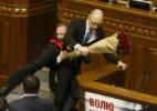 Briga irrompe no Parlamento da Ucrânia após deputado retirar premiê da tribuna (Foto: Valentyn Ogirenko/Reuters)