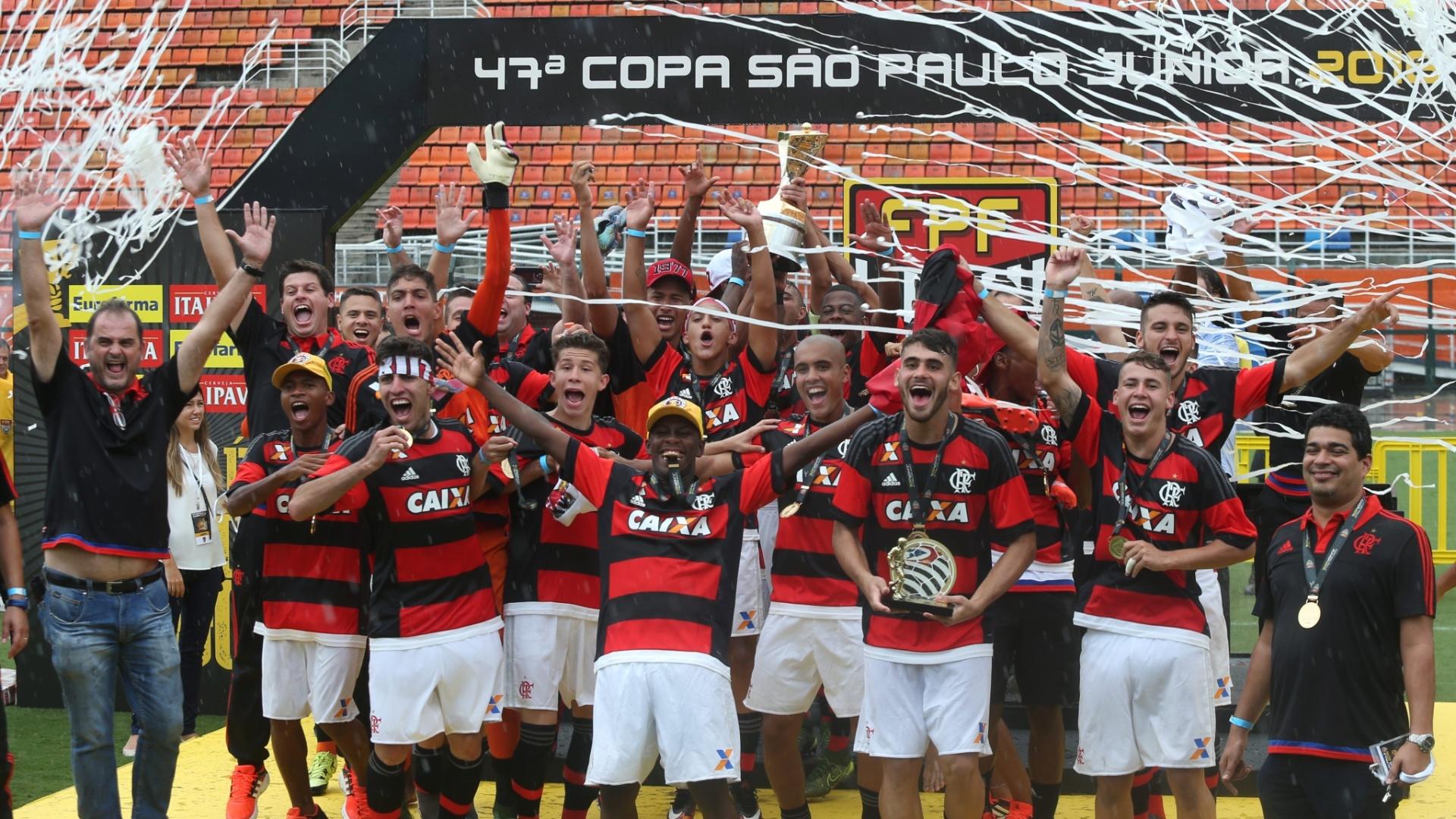 25.jan.2016 - Time do Flamengo comemora a conquista da Copa São Paulo de Futebol Júnior, nesta segunda-feira, após vencer o Corinthians nos pênaltis no estádio do Pacaembu, na capital paulista. A equipe rubro-negra sofreu dois gols no primeiro tempo, mas reagiu na etapa final e venceu por 4 a 3 nas penalidades após o empate por 2 a 2 no tempo normal. Foi o terceiro título do Flamengo na Copinha, principal torneio de juniores do país - o clube também levou a taça nas edições de 1990 e 2011