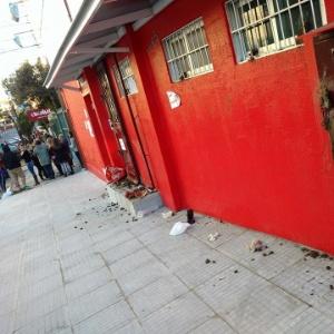 Fachada do prédio onde,na calçada, o cão Theo teria sido chutado e morto depois de urinar; manifestantes jogaram pedras no estabelecimento