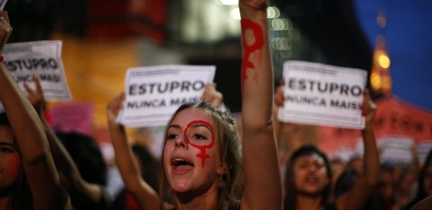"""Manifestantes se reúnem na avenida Paulista, em São Paulo, e participam do ato """"Por todas Elas"""", contra a cultura do estupro e a violência praticada contra as mulheres"""
