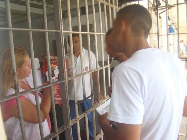 4.fev.2016 - Detentos observam cartaz com alerta sobre o combate ao