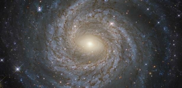 Galáxias como esta em espiral são mantidas unidas por uma misteriosa matéria escura