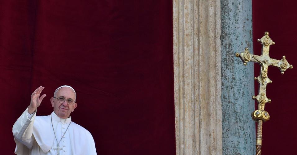 25.dez.2015 - Papa Francisco chega à sacada da Basílica de São Pedro para a tradicional mensagem