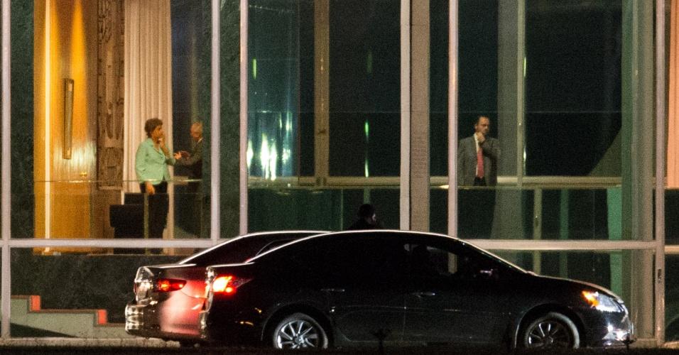 6.jul.2015 - A presidente Dilma Rousseff conversa com o vice-presidente Michel Temer ao final da reunião do Conselho Politico no Palácio da Alvorada, em Brasília, na noite desta segunda-feira (6). Preocupada com os desdobramentos de uma possível rejeição das contas do governo pelo TCU (Tribunal de Contas da União), a presidente Dilma Rousseff montou uma operação de