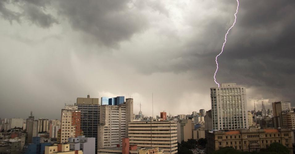 22.dez.2015 - Raio atinge região da praça da Sé, no centro de São Paulo. No primeiro dia do verão, uma forte chuva caiu no fim da tarde na capital paulista, causando alagamentos e trânsito