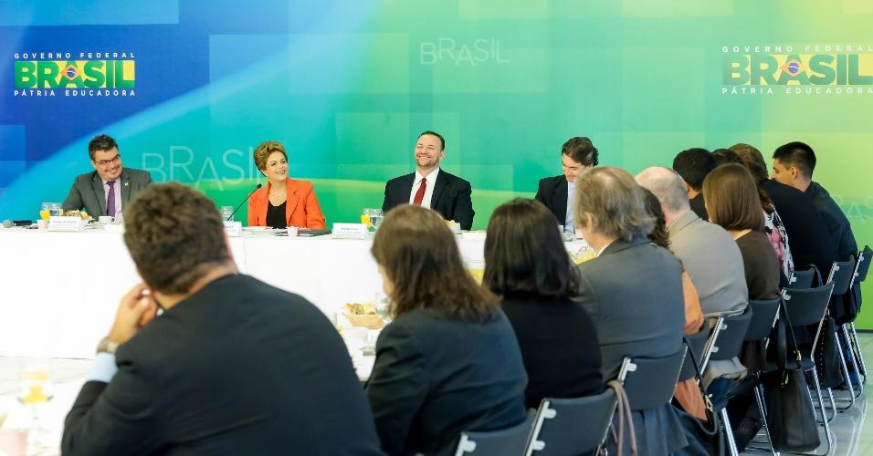 15.jan.2016 - Ao lado do ministro Edinho Silva (à dir.), presidente Dilma Rousseff participa de café da manhã com jornalistas de veículos online no Palácio do Planalto