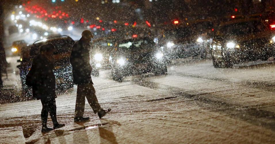 20.jan.2016 - Pedestres atravessam rua sob forte nevasca em Washington. O frio congelou estradas, levou ao fechamento de escolas e à declaração de estado de alerta em vários Estados do sul dos EUA. Uma grande tempestade de neve se aproxima do nordeste do país