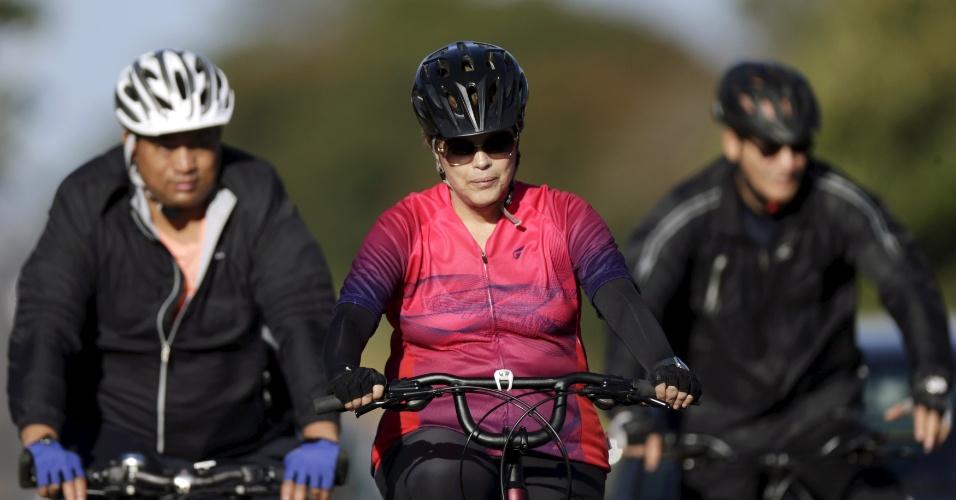 17.abr.2016 - Presidente Dilma Rousseff anda de bicicleta acompanhada por seguranças no Palácio da Alvorada, em Brasília. A Câmara dos Deputados vota hoje, a partir das 14h, o processo de impeachment da presidente