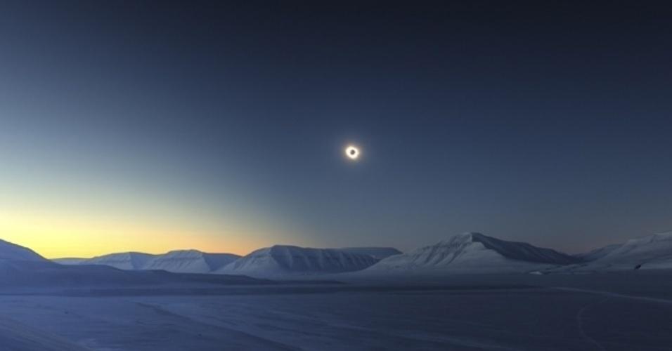 18.nov.2015 - A vencedora geral foi essa foto de Luc Gamei, que registrou o eclipse solar de 20 de março deste ano visto de Svalbard, na Noruega