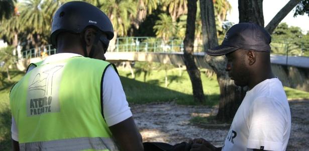 Jovem trabalhador nas obras de reforma da Marina da Glória, para as Olimpíadas, é revistado