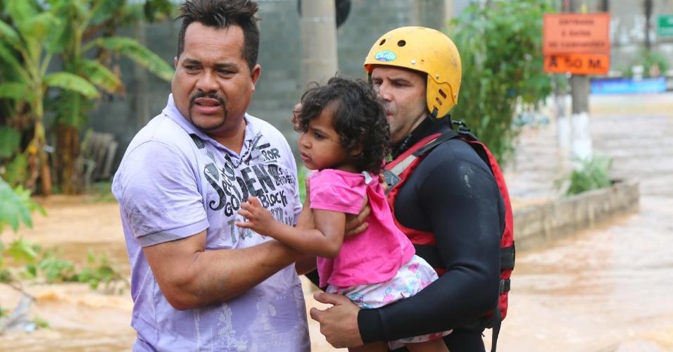 11.mar.2016 - Bombeiros resgatam criança que estava ilhada em alagamento em Itapevi, na Grande São Paulo